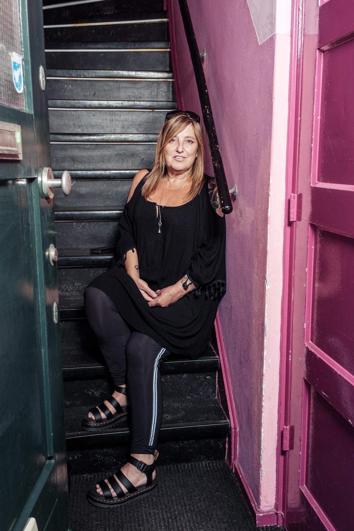Esther Anholt: 'Als ik nu buiten ben moet ik als een soort James Bond door de straat slalommen om te zorgen dat niemand in mijn buurt komt.'