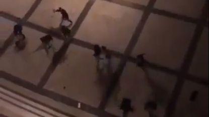 """VIDEO. Hooligans Benfica vallen Ajax-supporters aan in hotel Lissabon: """"Stoel in mijn rug gekregen, ik kan nauwelijks lopen"""""""