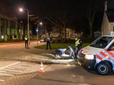Automobilist probeert na drugsdeal te vluchten voor de politie en rijdt daarbij agent op scooter aan