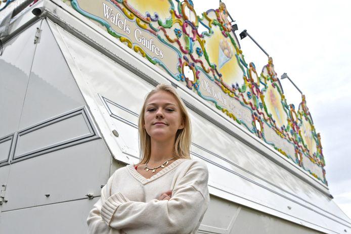 Het gebakkraam van Caroline Delforge staat er al maanden werkloos bij.