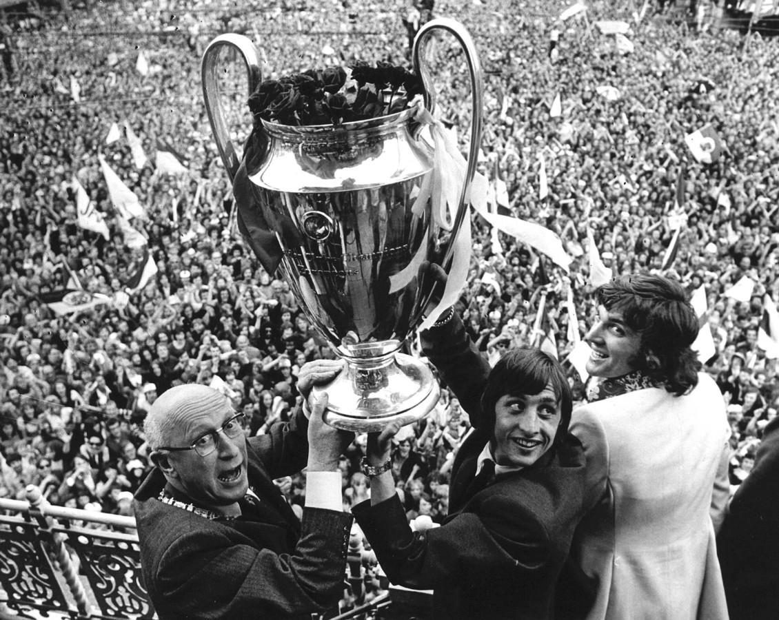 Huldiging van Ajax op het Leidseplein na het behalen van de Europacup I. Burgemeester Samkalden, Johan Cruijff en Ruud Krol met de beker op het balkon van het stadhuis daags nadat Ajax in Londen van het Griekse Panathinaikos won.