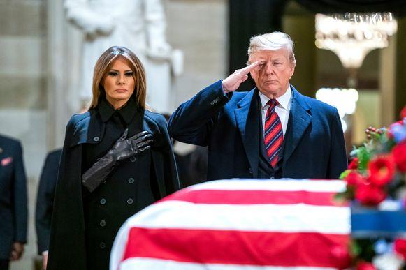 Trump kwam samen met zijn vrouw Melania het lichaam van Bush kort groeten.