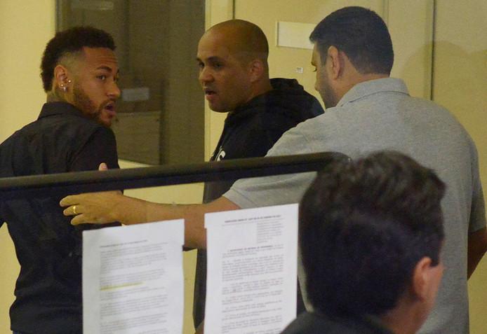 Neymar (links) op het politiebureau in Rio de Janeiro.