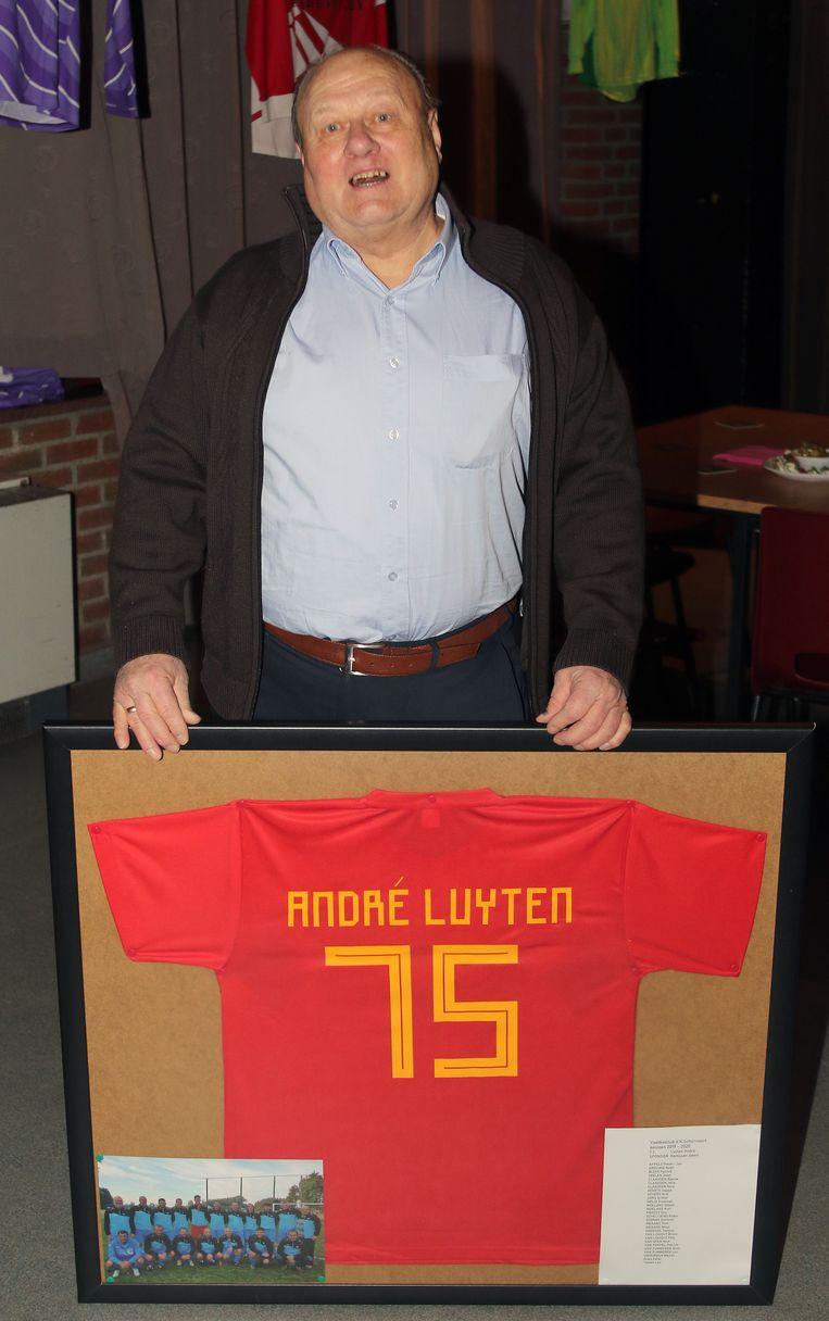 André Luyten is 75 jaar. Voor de gelegenheid maakten de spelers voor hem een speciaal voetbalshirt.
