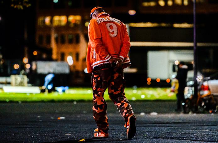 Een treurende Oranje-fan na een verloren kwalificatieduel.