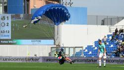 En toen landde er plots een parachutist op het veld: onverwacht bezoek voor Romelu Lukaku in Sassuolo
