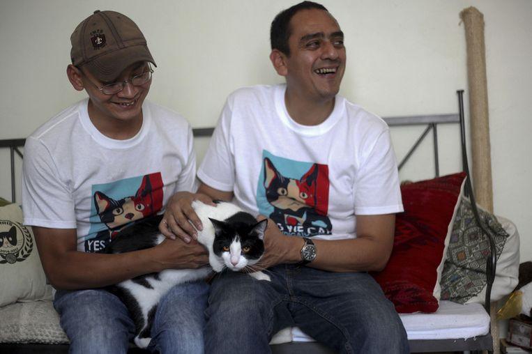 Initiatiefnemers Diego Cruz (links) en Sergio Chamorro met Morris. Beeld ap
