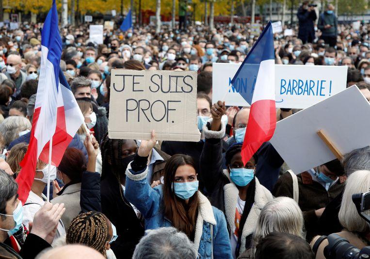 Demonstranten op de Place de la Republique in Parijs, na de moord op de leraar Samuel Paty.  Beeld REUTERS