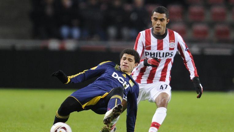 Taison (L) van FC Metalist Kharkiv in duel met Abel Tamata van PSV, donderdag tijdens de Europa League wedstrijd in Eindhoven. Beeld anp