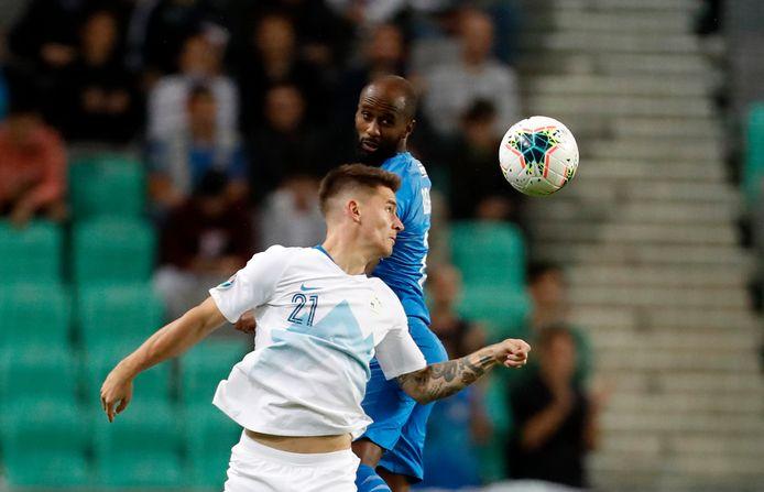 Eli Dasa (blauw shirt) voor Israël in duel met Benjamin Verbic van Slovenië.