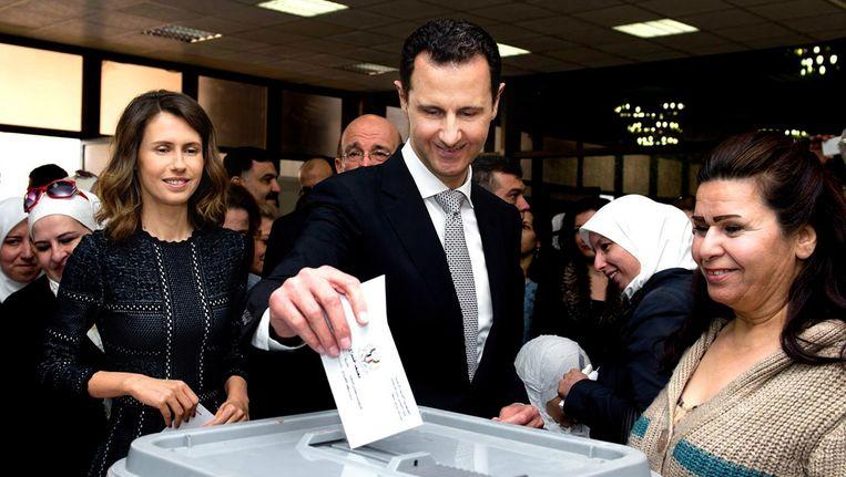 De Syrische president Bashar al-Assasd en zijn vrouw Asma (links) brengen woensdag hun stem uit. Beeld epa