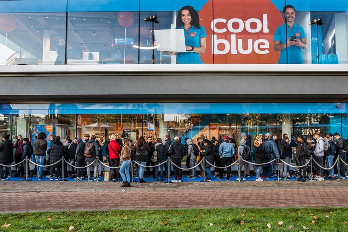 Een rij voor de gratis koptelefoon bij Coolblue in Arnhem op vrijdagochtend.
