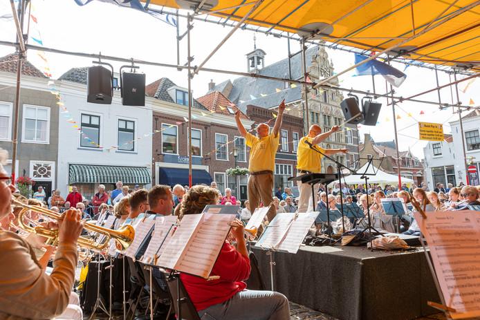 De twee dirigenten Jaap Everwijn en Henk Sierat leidden samen het slotmoment van het Muziek Play-In concert 2019.
