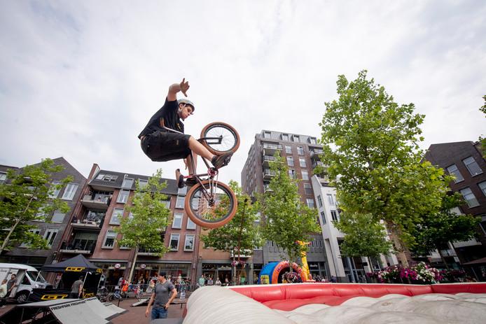 Zaterdag was er volop actie op de Markt in Hardenberg bij het freestyle-event met bmx, skateboarden, freestyle voetbal en allerlei andere hippe sporten.
