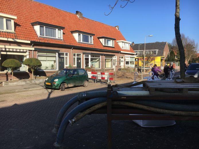 In de Jan Steenstraat in Deventer is een groot gat in de weg ontstaan. Twee huizen zijn ontruimd. Een rioleringsbedrijf doet in opdracht van de gemeente onderzoek.