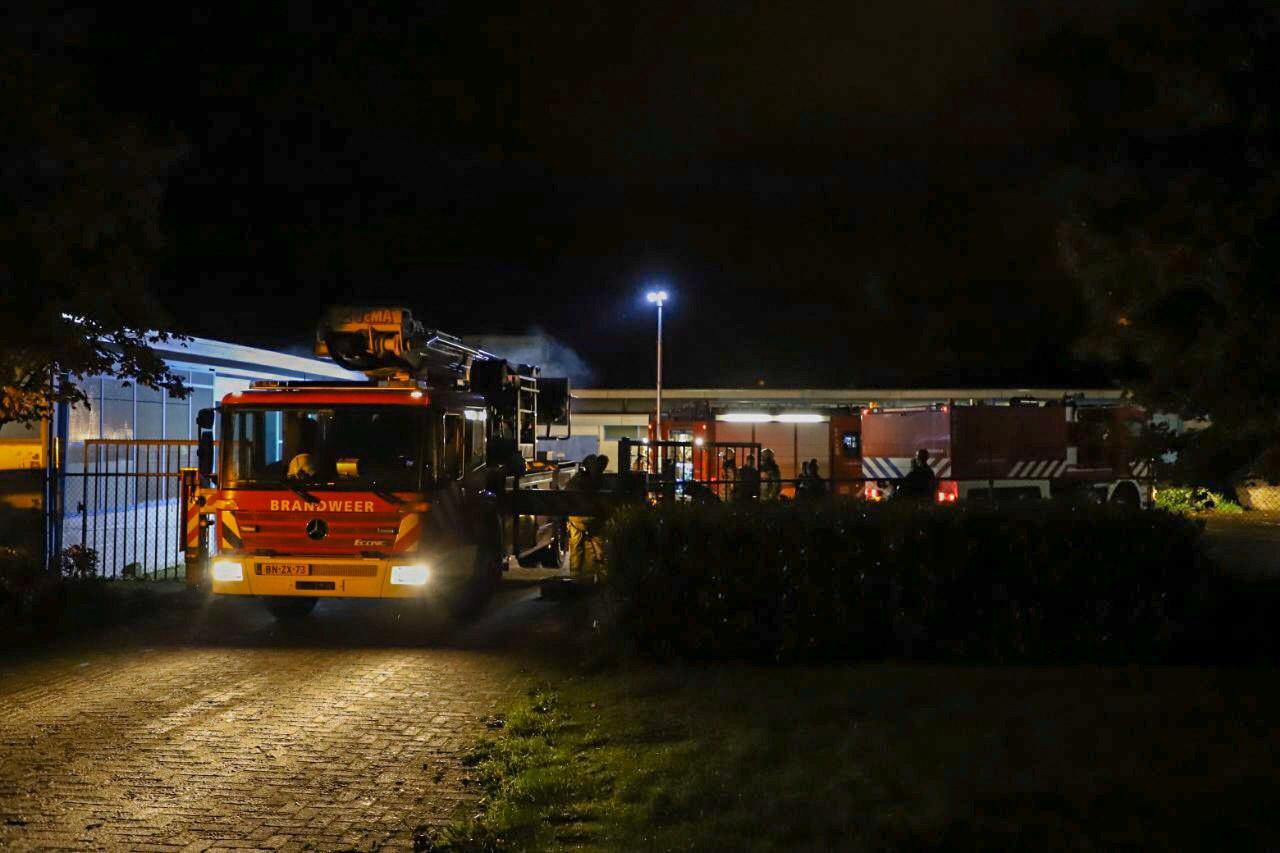 De brandweer arriveerde met groot materieel bij een brand in het bedrijf  Polomnis B.V.