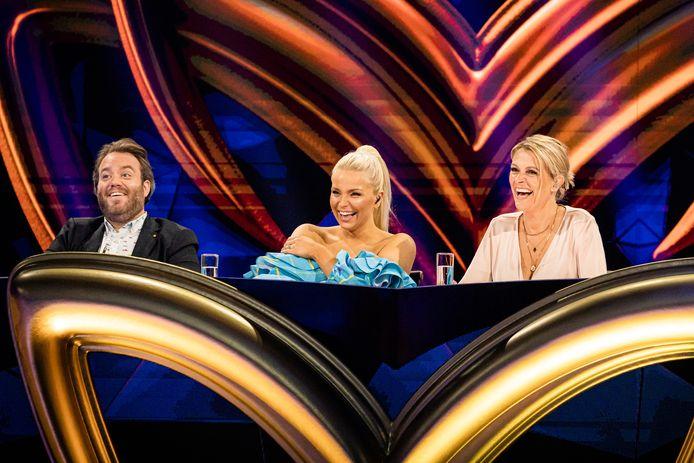 Ook in de tweede aflevering van 'The Masked Singer' zetten Jens Dendoncker, Julie Van den Steen en Karen Damen hun speurtocht verder.