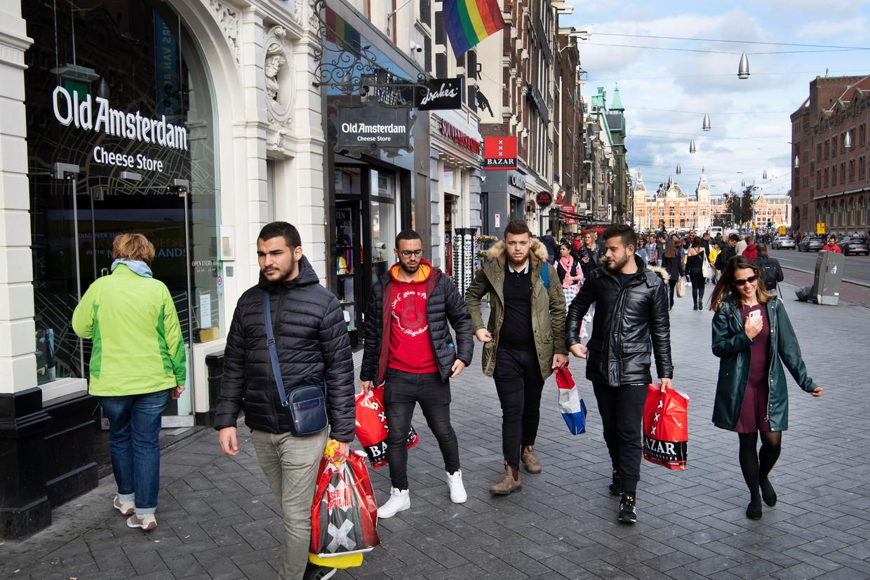 Toeristen op het Damrak in Amsterdam.