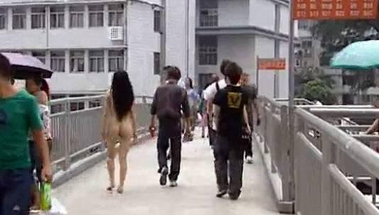 Vrouw Loopt Poedelnaakt Door Winkelstraat Bizar Adnl