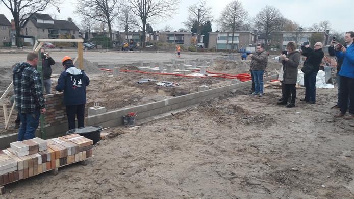 Wethouder Kees Grootswagers legt de eerste steen voor de nieuwe sporthal van Kaatsheuvel.