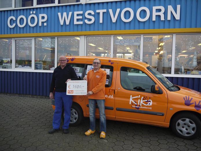 KiKa-ambassadeur Kees Witte (rechts) neemt de cheque in ontvangst van Teun Both.