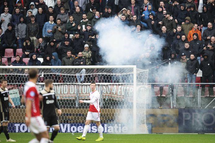 Vuurwerk achter het doel van Andre Onana van Ajax. Ajax wint de eredivisiewedstrijd in stadion Galgenwaard met 3-1 van FC Utrecht.