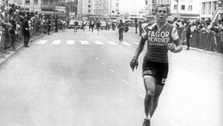 Gerard Vianen verloor zijn fiets tijdens een massale valpartij kort voor de finish van de elfde etappe in Nevers, en loopt hij zonder fiets naar de streep, Tour de France 4 juli 1971. Beeld anp