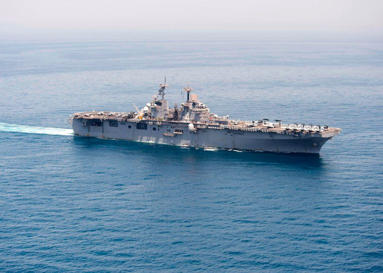 Het Amerikaanse marineschip de USS Boxer in de Straat van Hormuz.  Beeld Foto AFP