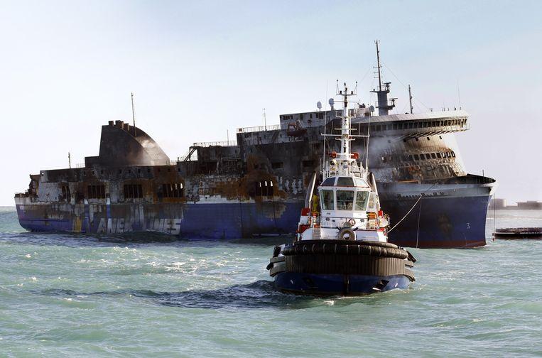 De Norman Atlantic wordt naar de haven van het Italiaanse Brindisi gesleept. Beeld ap