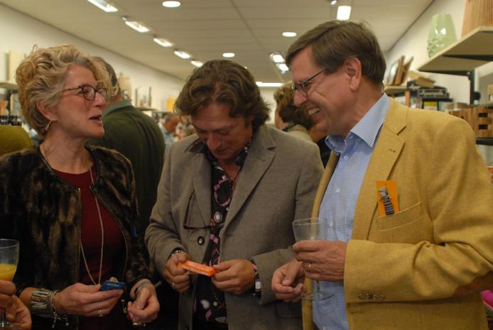 Winkelcoördinator Gabriëlle Mennen heeft een onderonsje met formulemanager Ron van Vliet en Michèl Evers, bestuursvoorzitter van de Landelijke Vereniging van Wereldwinkels.