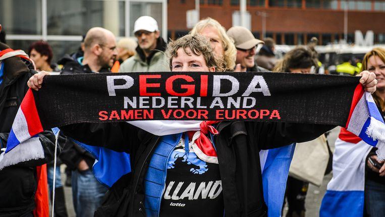 De aanhangers van Pegida demonstreren zaterdag op het plein voor het stadhuis aan de Amstelzijde. Beeld anp