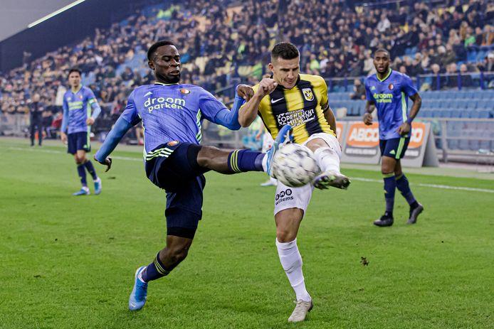 Bryan Linssen (rechts) duelleert met Lutsharel Geertruida van Feyenoord. De beide profs worden geen ploeggenoten in Rotterdam.