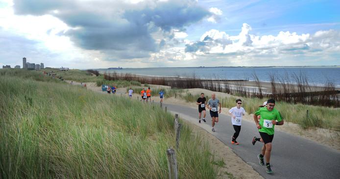 Beeld van de PZC-loop. De organisatoren van de City Trail laten de hardlopers en wandelaars weer over de duinen, stranden en boulevards daveren.