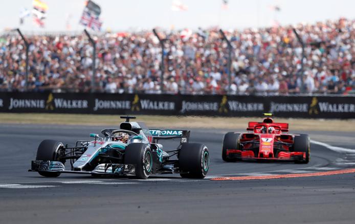 Lewis Hamilton met achter hem Kimi Räikkönen