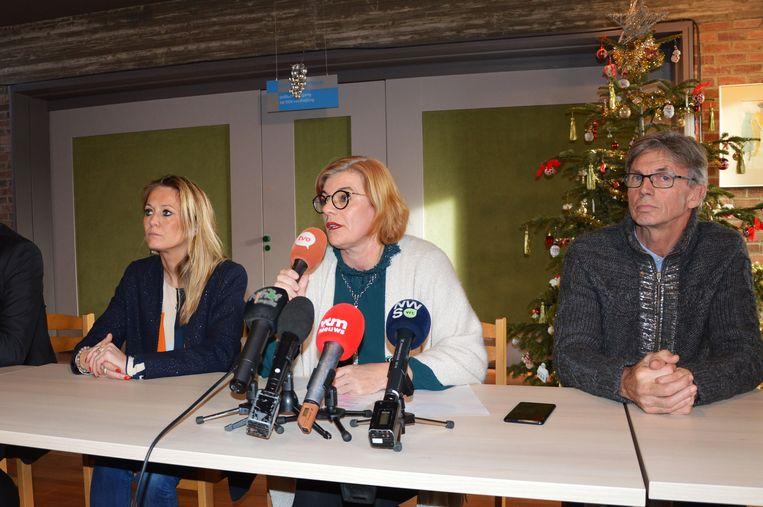Burgemeester Tania De Jonge (Open Vld) tijdens de persconferentie over de nieuwe coalitie, met links van haar Katie Coppens (Samen) en rechts Joost Arents (N-VA).