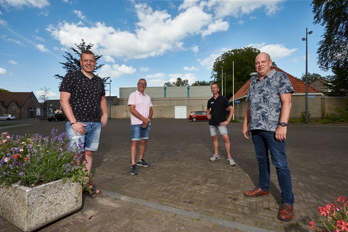 Hans Oplaat, zijn vader Henk, Henri Schepers en Ron Menop organiseren de markt waarop de slachtvisite centraal staat.
