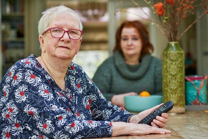 Ria van der Dussen kan haar man niet meer bezoeken. Ze is bij haar dochter Angeline (achter) in Oss op bezoek. Fotograaf: Van Assendelft/Jeroen Appels