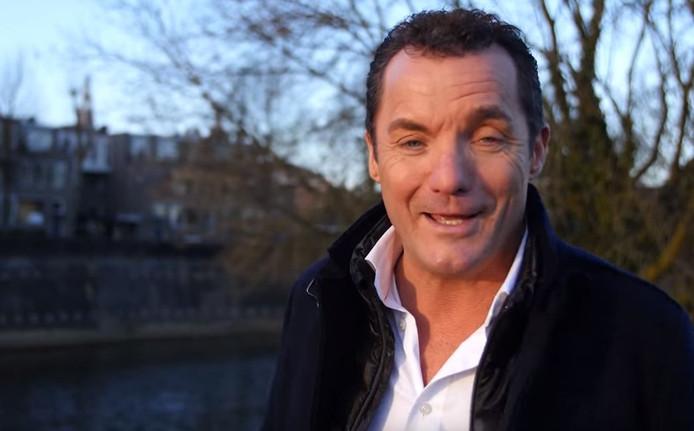 John de Bever in de clip 'Jij krijgt de lach niet van mijn gezicht'