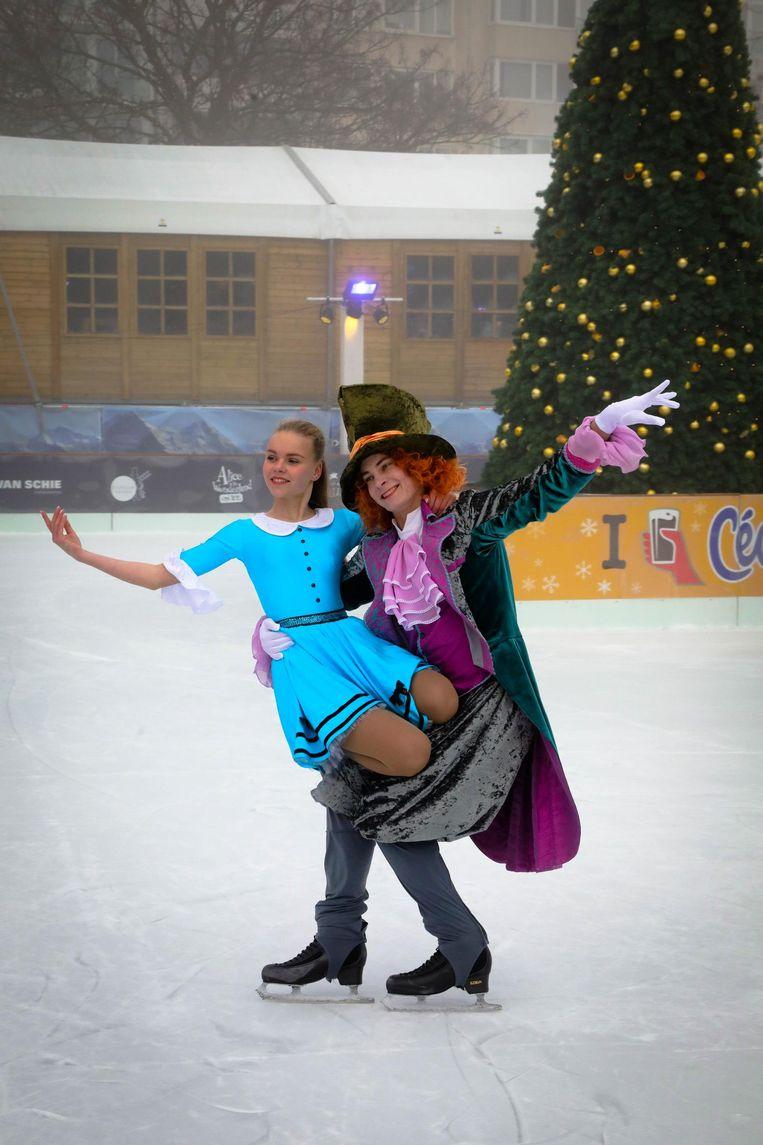 Twee Russische toppers schaatsen al even als Alice en de Gekke Hoedenmaker op de ijspiste in het Leopoldpark.