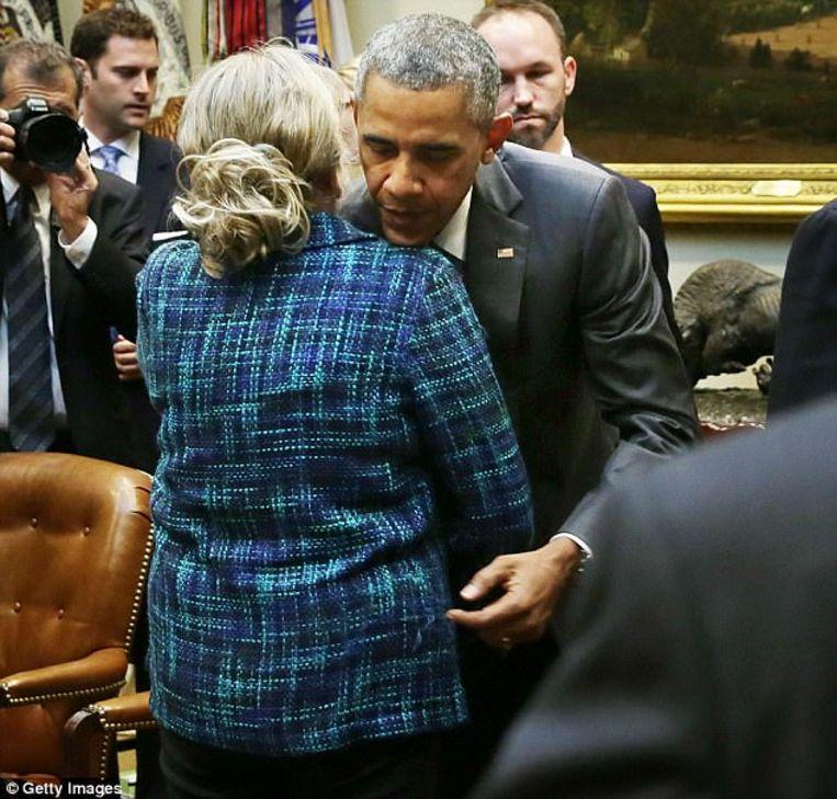 Obama knuffelt de moeder van een overleden soldaat.