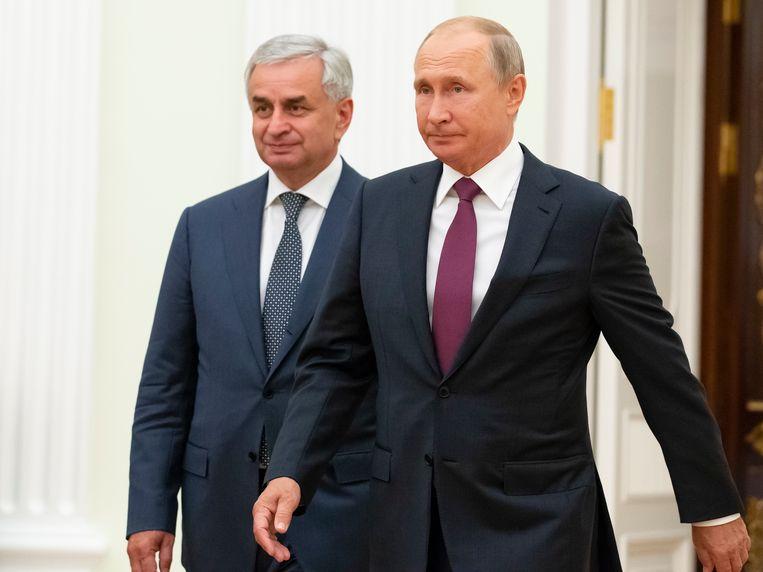 De Russische president Vladimir Poetin en Raul Khadjimba , de president van Abchazië. Archieffoto.