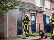 Brandweer breekt voordeur open van met rook gevulde woning in Tilburg