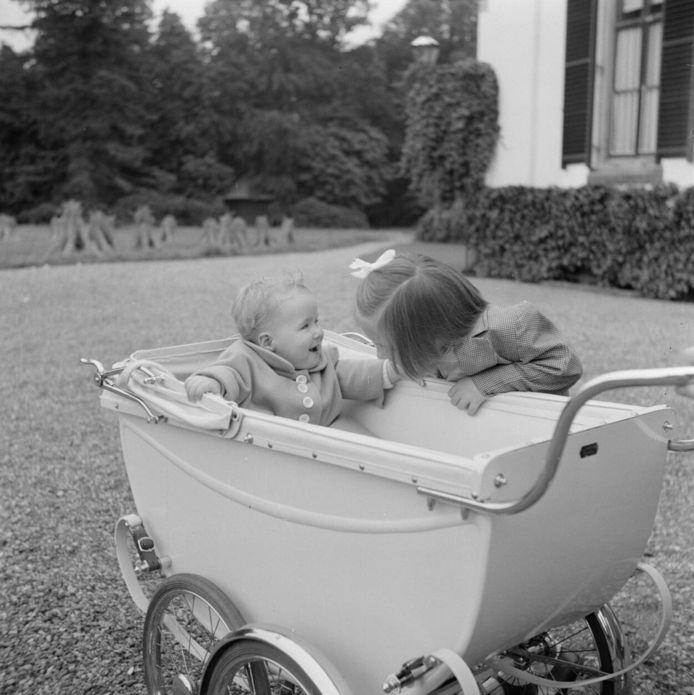 Prinses Margriet met haar jongere zusje Prinses Christina in de tuin van Paleis Het Loo, 1948.