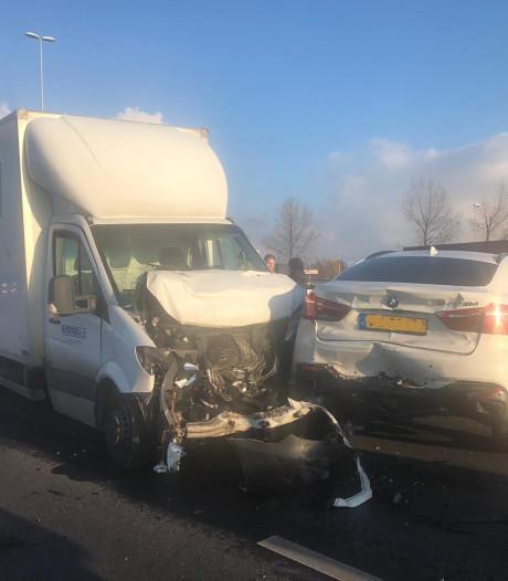 Ongeval tussen meerdere voertuigen op A4 Roelofarendsveen