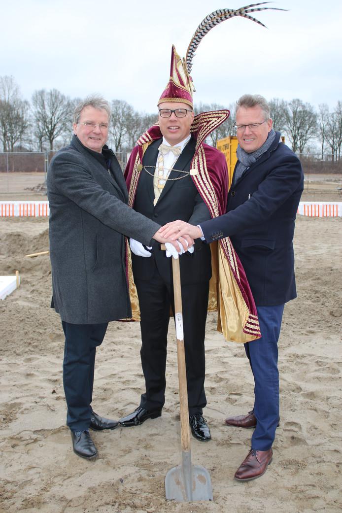 Afzwaaiend prins carnaval Michel 1 van carnavalsvereniging de Stöppelkaters uit Raalte, geflankeerd door wethouder Wout Wagenmans (links) en Han Wiendels van Herstructureringsmaatschappij Overijssel.