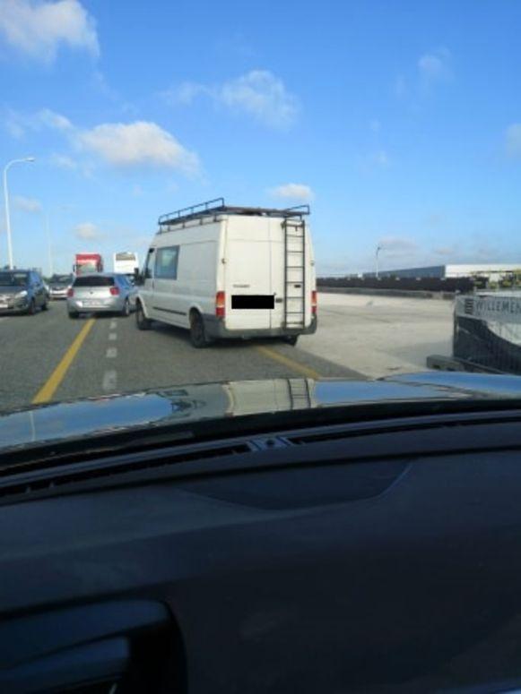 De bestelwagen kwam met zijn wiel naast de weg terecht en kon niet meer verder rijden.