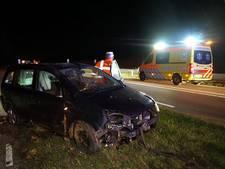 Auto raakt van de weg in Zwolle, bestuurster naar het ziekenhuis