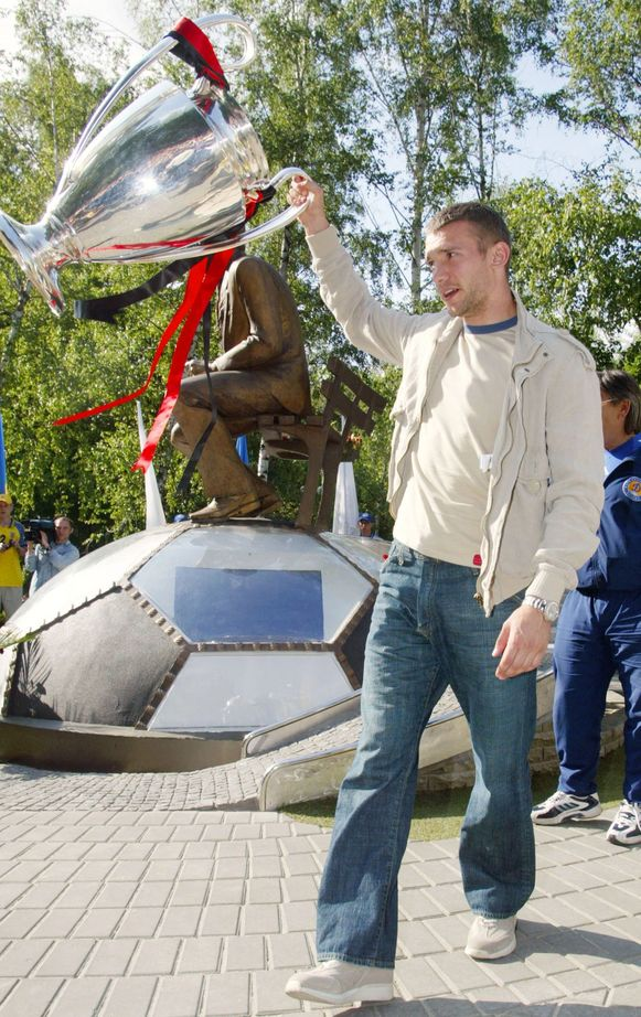 Shevchenko met de beker met de Grote Oren voor het standbeeld van Lobanovskyi.