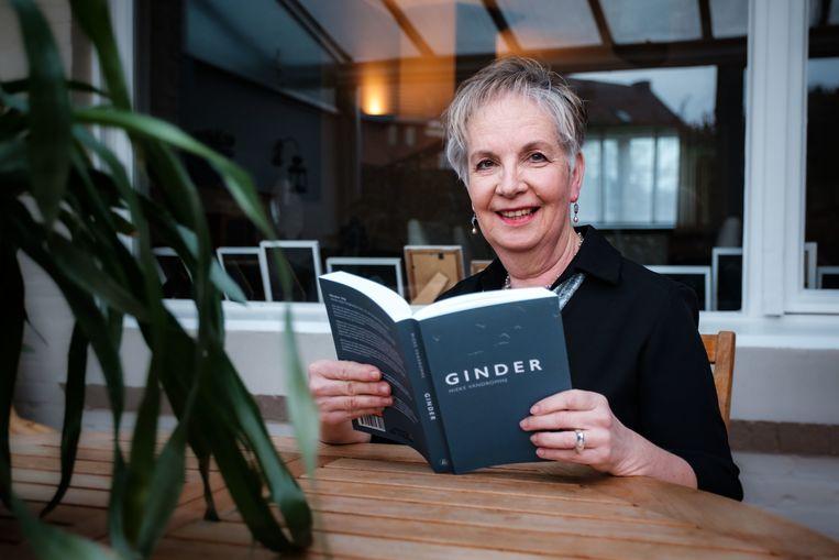 Auteur Mieke Vandromme met haar boek Ginder.