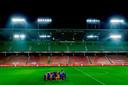 Onwerkelijk beeld: de Leeuwinnen vieren het binnenhalen van het EK-ticket in een leeg stadion in Groningen.